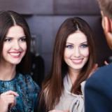 Wie man ein Gespräch beginnt: Die 31 besten Einstiegssätze für Männer