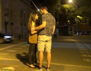 Flirten berührung schulter